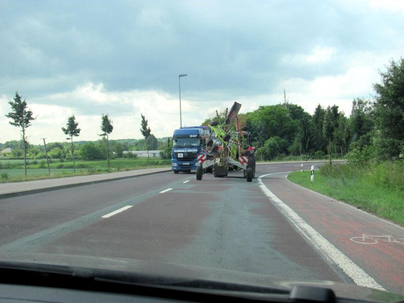 Traktor überholen Landstraße
